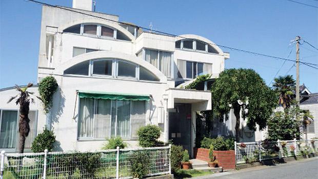 ハイカラなデザインの倉明園は1978年に天神川近くに建てられた。20世帯が入居できる