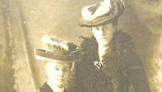 ハンナ(右)と姪のエダ・ライト (リデル・ライト両女史記念館提供)