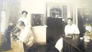 完成した研究所では菌の研究が始まった(リデル、ライト両女史記念館所蔵)