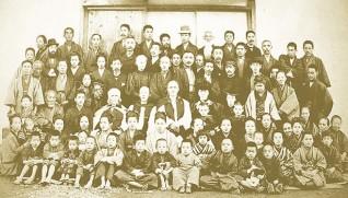回春病院の開院式での記念写真(中央付近の帽子姿がハンナ)