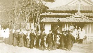 教会堂に運ばれるミス・リデルの柩