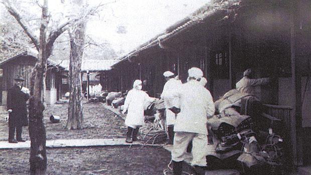 回春病院から運び出される入院患者の荷物(菊池恵楓園自治会提供)