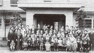 母子寮、保育園はじまる。わか(前列中央)と  母子や園児ら=東京・幡ヶ谷で、1939年ごろ