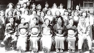 戦後の花嫁を囲んで。山田わか理事長(前列右から3人目)、加藤ひさ寮長(同左から3人目)、山田民郎主事(同右端)や利用者、職員=幡ヶ谷女子学園で
