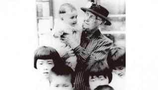 龍田寮の子どもを抱くエダ