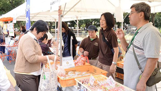めずらしい湘南みかんぱん、ラムネあんぱんが目をひいていた(神奈川県の進和学園)