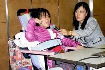成果を報告した加藤さん(左)と支援した弁護士の大江智子さん