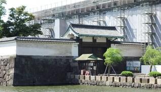 大手門。後ろの渡り櫓は修理中。手前が高麗門