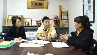 関係機関とも相談しながら支援する(左が松葉さん、中央が各務さん)