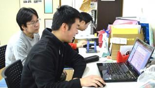 小田垣さん(手前)と支援スタッフの清時さん(左)