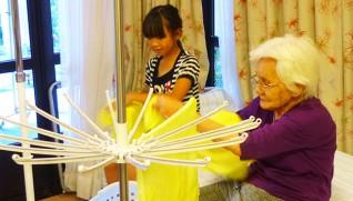 「えんざ」の利用者と洗濯物を干す「きっずデイ」の子ども