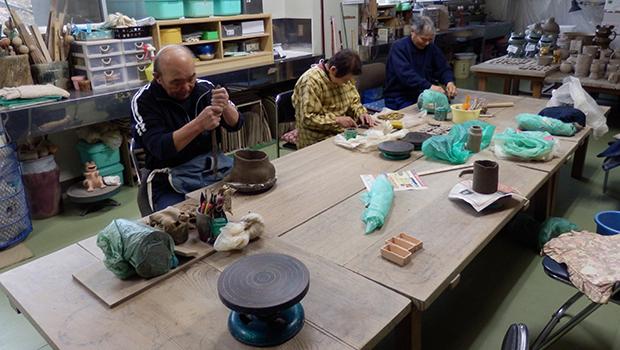 陶器作りに励む利用者