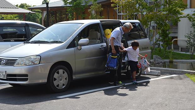 デイサービス用送迎車で施設に通う子どもたち