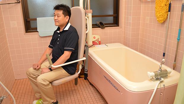 浴槽をまたげない場面に使うリフト付き個浴