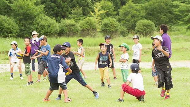 ふくしの里で遊ぶおたすけ隊参加の小学生たち