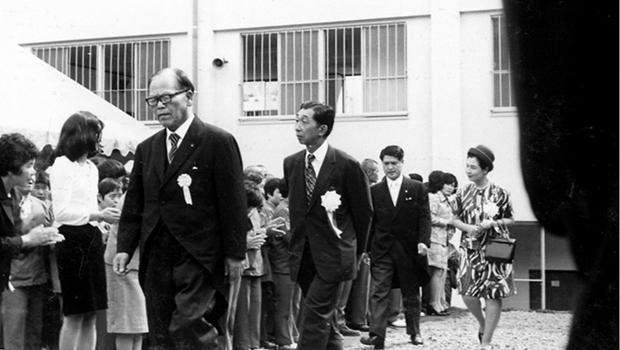 昭和48年旭寮増改築落成式で高松宮殿下・妃殿下をご案内