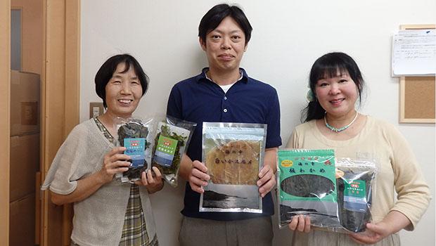 左から、職員の高濱とよ美さん、阪倉正展さん、大田理事長