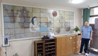 玄関を飾る60枚の陶板を組み合わせた陶壁画