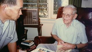 ニコルソンと山口晋園長(左)