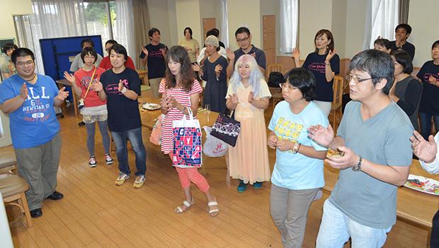 ISOTTでは演芸、ティータイムの後に全員で歌う