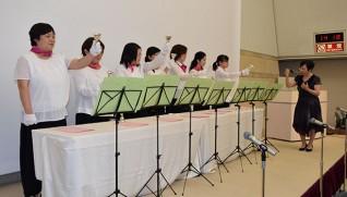 婦人保護施設「いずみ寮」は入所者、職員、ボランティアがハンドベルや合唱を披露。
