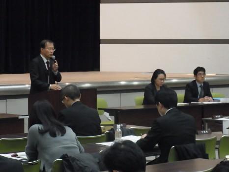 あいさつする藤井康弘・障害保健福祉部長(左)