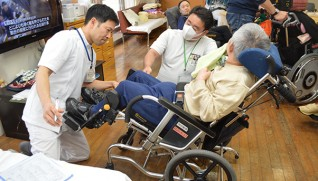 義肢装具士と一緒に身体状況・機能を評価する金子さん(左)