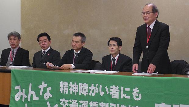 関係団体と共に会見する本條理事長(右)