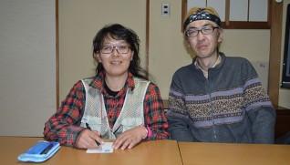 手紙相談を始めた和田千珠子さん(左)と夫の公一さん