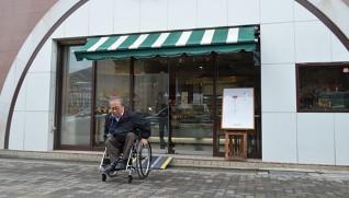 洋菓子店「くるみや本店」は、折り畳み式スロープを導入した