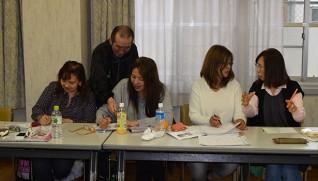 ボランティアが日本語教室の助手をしている