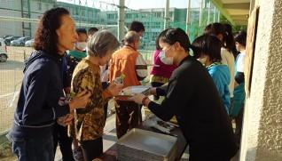 避難所でおにぎりを配る子どもたち(提供=慈愛園、4月18日)