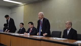 会見であいさつする田宮委員長(右から2人目)