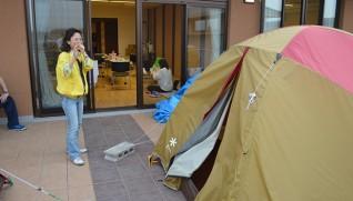応援職員の中にはひろやす荘のベランダにあるテントで寝る人もいる