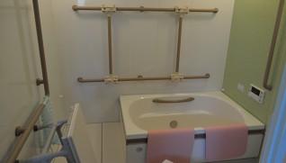 手すりと浴槽がスライドする風呂場 片まひの人でも入りやすい作りにした