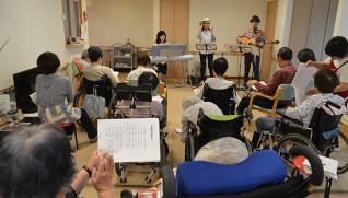 音楽ボランティア「一座にし」の演奏を楽しむ入居者