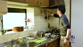 夕食の準備をする職員