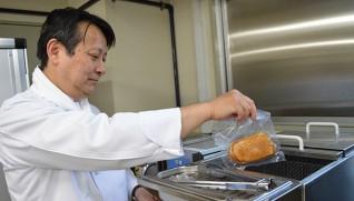 HACCPの手順に沿い、カモ肉を真空パックに入れ低温加熱で調理する
