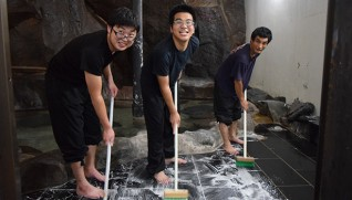風呂掃除に励む利用者3人(6月30日午後4時、清流荘で)