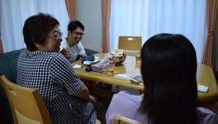 夏休みの予定で盛り上がる学生と木幡さん(左)、深田さん(奥)。学生は「木幡さんの存在は大きい」と語る
