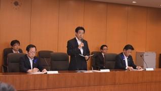 検討を指示する塩崎厚労大臣(中央)