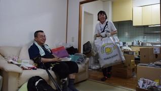 ボランティアの支援を受けながら引っ越しをする宮地さん(左) (7月2日午前11時半、熊本市内で)