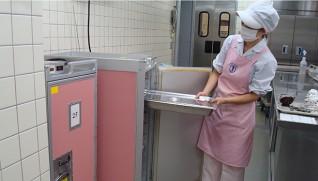 再加熱した料理は保温カートで各フロアに運び盛り付ける