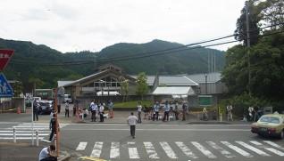 山に囲まれた津久井やまゆり園(1日)