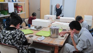 酉の土鈴を作る陶芸班