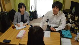 相談にのる徳田さん(左)と及川さん(右)