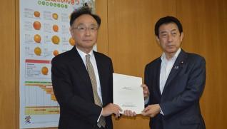 塩崎恭久・厚生労働大臣に 中間報告を渡した山本座長(左)