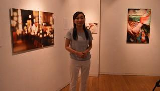 展示作品と主催者の仁藤さん