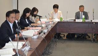 右から米山理事長、入倉かおる・津久井やまゆり園長。左端は黒岩知事