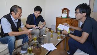 職員と打ち合わせする伊藤さん(左端)